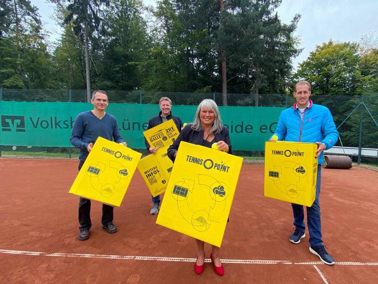 Ortsvorsteherin Klann, Ratsherr Schmidt und Bürgermeister Neumann schenken dem Vereins: TENNISBALL-Recycling-BOXEN